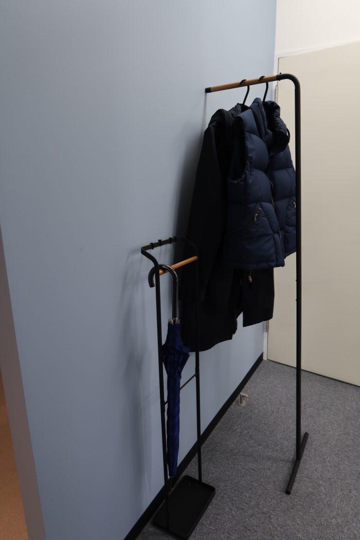 お揃いのデザインでコート掛けと傘立て。